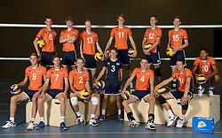 20-07-2014 NED: Selectie Nederlands volleybal team jongens jeugd, Arnhem<br /> Op Papendal werd het Nederlands team volleybal seizoen 2014-2015 gepresenteerd / Teamfoto