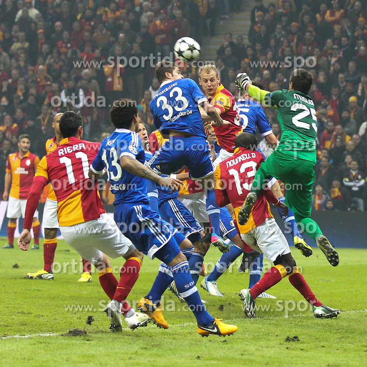20.02.2013, Tuerk Telekom Arena, Istanbul, TUR, UEFA Champions League, Galatasaray Istanbul vs Schalke 04, Achtelfinale Hinspiel, im Bild Torwartaktion von Fernando MUSLERA #25 (Galatasaray) und Roman NEUSTAEDTER #33 (FC Schalke 04) // during the UEFA Champions League last sixteen first leg match between alatasaray Istanbul vs Schalke 04 at the Tuerk Telekom Arena, Istanbul, Turkey on 2013/02/20. EXPA Pictures © 2013, PhotoCredit: EXPA/ Eibner/ Kolbert..***** ATTENTION - OUT OF GER *****