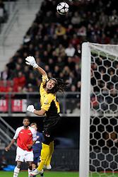 20-10-2009 VOETBAL: AZ - ARSENAL: ALKMAAR<br /> AZ in slotminuut naast Arsenal 1-1 / Sergio Romero ziet het schot van Andrei Arshavin net over gaan<br /> ©2009-WWW.FOTOHOOGENDOORN.NL