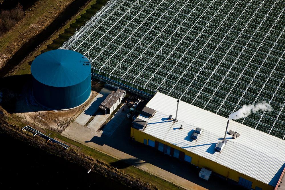 Nederland, Limburg, Venlo, 07-03-2010; tuinbouwgebied, onderdeel van bestemmingsplan Klavertje 4 (met onder andere Tradeport, Freshpark Venlo/ Greenpark Venlo). Er worden nieuwe milieuvriendelijke hightech kassen gebouwd. Door de grootschalige ontwikkeling kan er relatief mileuvriendelijk en energiezuinig gewerkt worden worden.. Agricultural area in developement, new environmentally friendly hightech greenhouses are built including  a monumental basin for collecting rainwater..luchtfoto (toeslag), aerial photo (additional fee required).foto/photo Siebe Swart