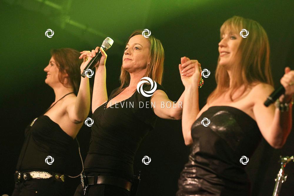 ALEM - Tijdens het optreden van Frans Bauer zijn natuurlijk zijn vaste achtergrond zangeressen ook aanwezig op Alempop. FOTO LEVIN DEN BOER - PERSFOTO.NU