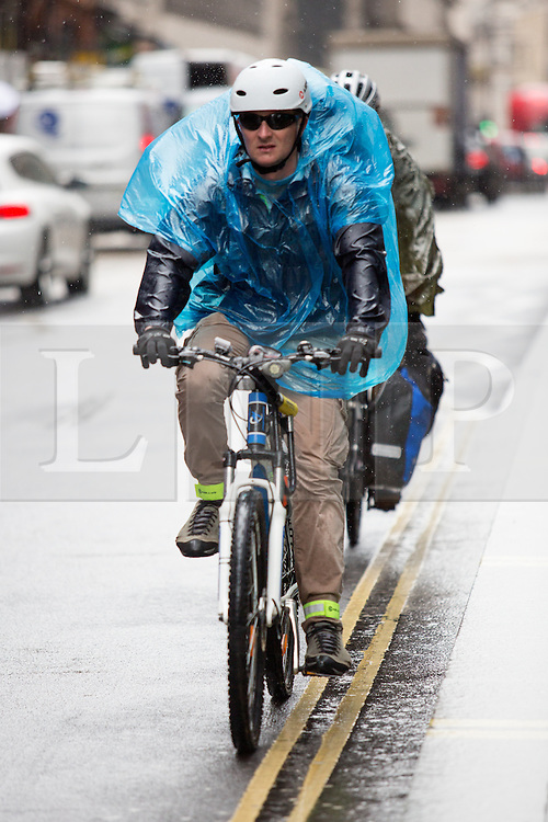 © Licensed to London News Pictures. 15/04/2016. London, UK. A yellow severe weather warning has been issued by the Met Office, as heavy rain hits London this afternoon. Photo credit : Tom Nicholson/LNP
