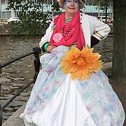 Het levend kunstwerk Fabiola is in de nacht van zaterdag 26 januari op zondag 27 januari 2013 aan darmkanker overleden. Hij was 66 jaar en al lange tijd ziek. Fabiola's werkelijke naam was Peter Alexander van Linden geboren in Duitsland op 26 mei 1946 en opgegroeid in Antwerpen. De extravagant uitgedoste Fabiola was een bekend verschijnsel in het Amsterdamse stadsleven en in de homoscène