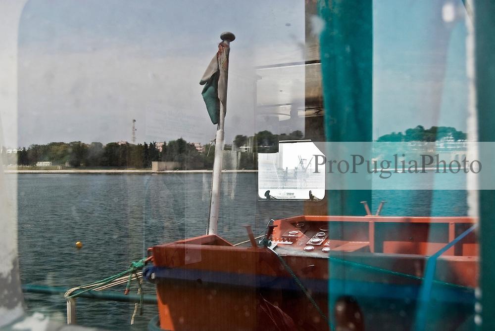 Il Porto di Brindisi riflesso nel vetro di una finestra della cabina di una nave ancorata nel porto di Brindisi. 29/05/2010 PH Gabriele Spedicato