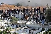 impressionante haie d'honneur du peuple Tunisien pendant le cortege funébre de Chokri Belaid, bravant le gaz lacrimogène, plus de 40.000 personnes lui rendent un hommage ce 8 fevrier 2013 et manifestent au même moment contre la violence politique en Tunisie et contre Ennarda