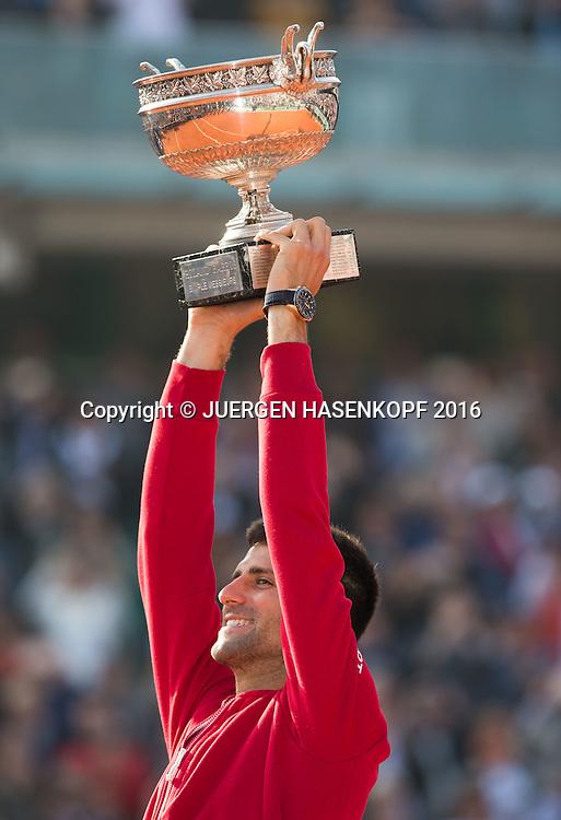 Novak Djokovic (SRB) haelt den Pokal hoch,Emotion,Freude,Siegerehrung,Praesentation,Herren Finale, Endspiel,<br /> <br /> Tennis - French Open 2016 - Grand Slam ITF / ATP / WTA -  Roland Garros - Paris -  - France  - 5 June 2016.