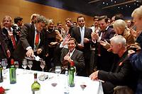22 SEP 2002, BERLIN/GERMANY, 23:05 h:<br /> Gerhard Schroeder (M), SPD, Bundeskanzler, umgeben von Parteimitgliedern und Parteifreunden auf dem nichtoeffentlichen Teil der SPD Wahlparty am Wahlabend der Bundestagswahl 2002, Willi-Brandt-Haus <br /> IMAGE: 20020922-01-088<br /> KEYWORDS: Gerhard Schröder, Wahlabend 2002,