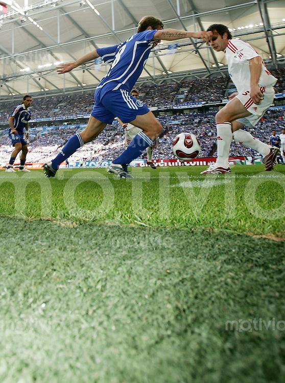 Fussball   1. Bundesliga   Saison 2006/2007   32. Spieltag FC Schalke 04 - 1. FC Nuernberg               Zweikampf in der Arena auf Schalke