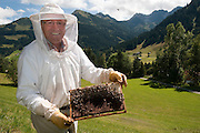 Imker bei den Vorbereitungen zum Winterfestmachen seines Bienenstocks in Mittelberg, Kleinwalsertal | Beekeeper preparating his beehive for the winter season, Mittelberg, Little Walser Valley