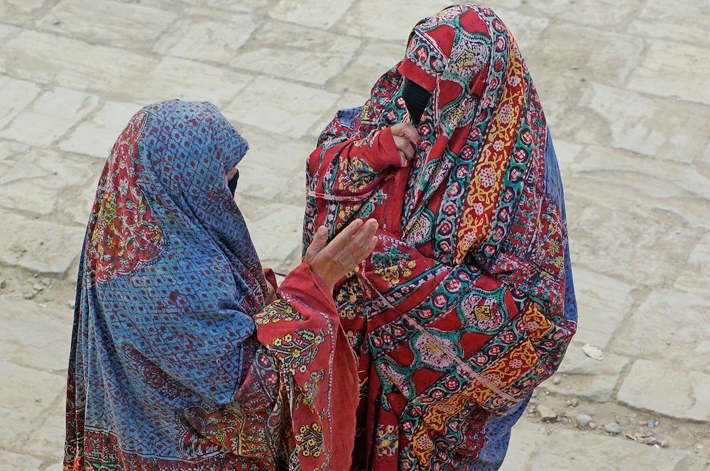 Women talking, Thula, Haraz Mountains, North Yemen, Yemen, Arabian Peninsula