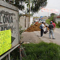 Toluca, Mex.- Vecinos de la colonia Aviacion donde se pretende reubicar a los comerciantes desalojados del mercado Juarez, colocan pancartas y cordones para impedir el paso al predio, en rechazo a la instalacion del mercado. Agencia MVT / Luis Enrique Hernandez. (DIGITAL)<br /> <br /> <br /> <br /> <br /> <br /> <br /> <br /> NO ARCHIVAR - NO ARCHIVE