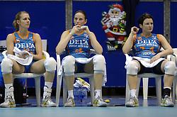 14-12-2006 VOLLEYBAL: DELA MARTINUS - VINO MONTESCHIAVO JESI: AMSTELVEEN<br /> Martinus verloor in vier sets, maar is nog steeds kansrijk om de eerste ronde van deze Europese topcompetitie te overleven (22-25, 17-25, 25-22, 22-25) / Debby Stam, Chaine Staelens en Riette Fledderus<br /> ©2006: FOTOGRAFIE RONALD HOOGENDOORN