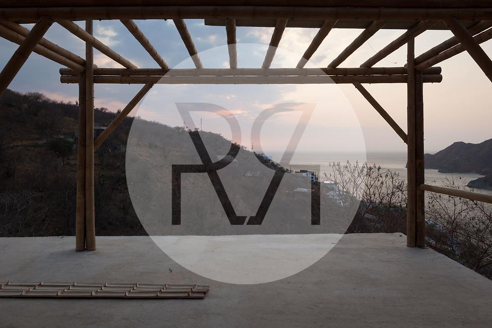 KOLUMBIEN - TAGANGA - Bambushaus auf der Baustelle von Hostel Casa Horizonte - 1. April 2014 © Raphael Hünerfauth - http://huenerfauth.ch