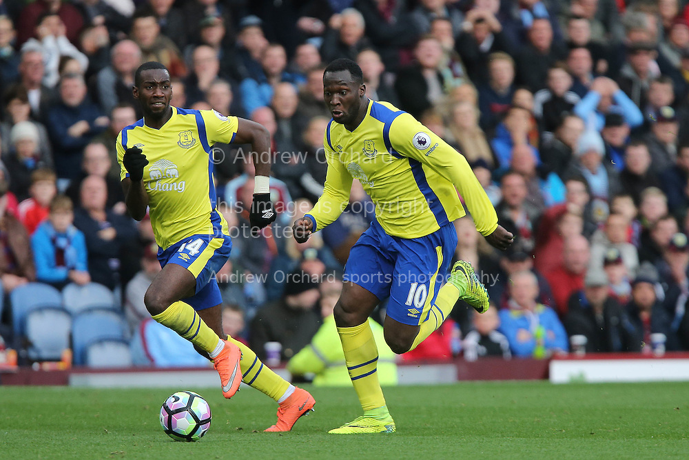 Romelu Lukaku of Everton (r) makes a break. Premier League match, Burnley v Everton at Turf Moor in Burnley , Lancs on Saturday 22nd October 2016.<br /> pic by Chris Stading, Andrew Orchard sports photography.