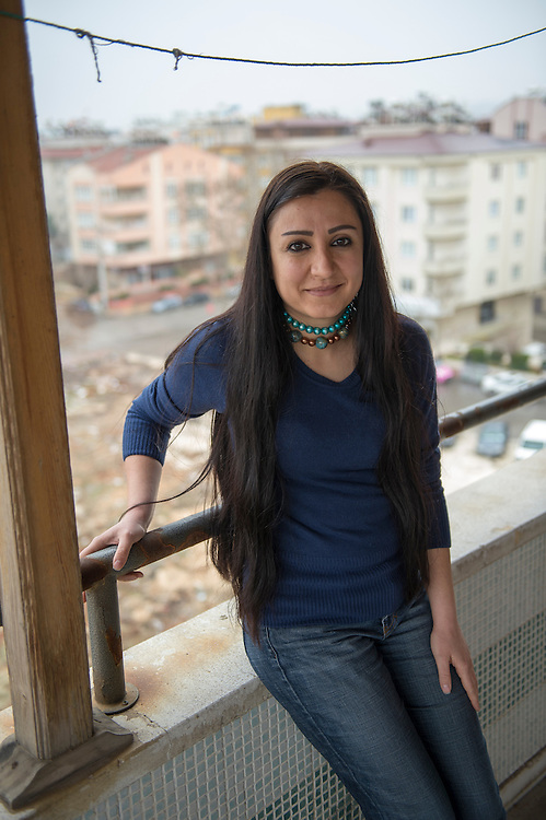 Zoya Bostan, journalist at Radio Smart in Gaziantep, Turkey. She had to leave the state television and take refuge in Turkey. Smart Radio is the only opposition radio that broadcasts on FM in the majority of Syrian territory.<br /> Zoya Bostan, pr&eacute;sentatrice de Radio Smart, bas&eacute;e &agrave; Gaziantep en Turquie. Elle a d&ucirc; quitter la t&eacute;l&eacute;vision d&rsquo;Etat et se refugier en Turquie. Radio Smart est la seule radio d&rsquo;opposition qui diffuse en FM sur la majorit&eacute; du territoire syrien