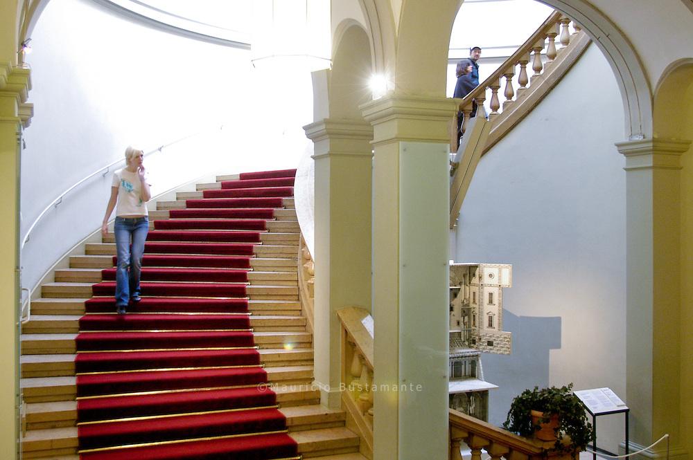 Breite Treppen und mondäne Säulen - schon bleibt der Alltag draußen