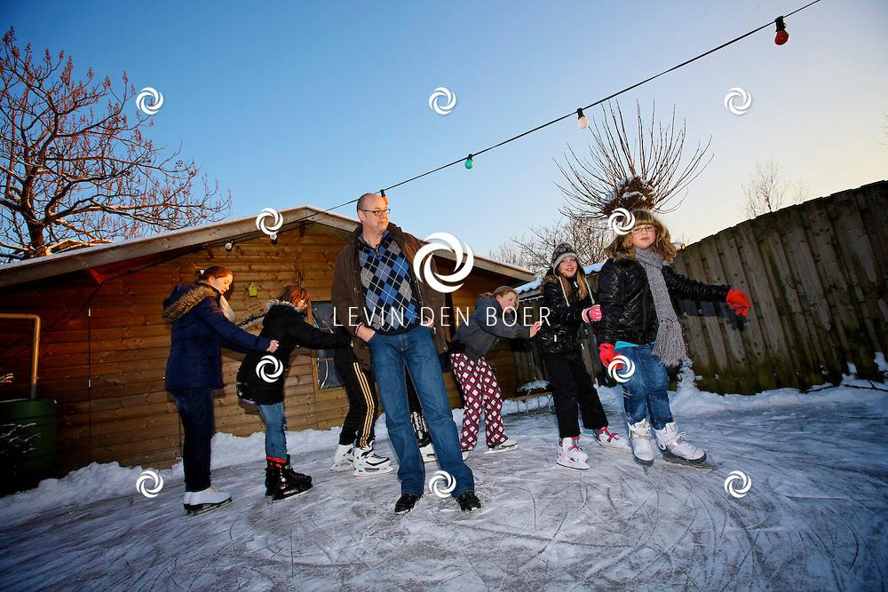 ROSSUM - Natuurlijk is de schaatsbaan bij familie Versteeg in Rossum ook weer open. FOTO LEVIN DEN BOER - PERSFOTO.NU