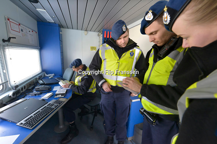 Nederland, Eijsden, 12-2-2016Grenscontrole door de marechaussee op de A2 tegen illegalen en mensensmokkelaars. (afgebeelde mensen hebben geen bezwaar gemaakt)Mensensmokkel via Belgie. The Netherlands,  Extra border security on the A2 higway by the Military Police at the border with Belgium. Foto: Flip Franssen