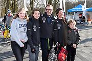 De vierde editie van De Hollandse 100 in Thialf, Heerenveen. De Hollandse 100 is een initiatief van stichting Lymph&Co. Stichting Lymph&Co steunt grensverleggend onderzoek om de behandeling van lymfklierkanker te verbeteren<br /> <br /> Op de foto:  Prins Bernhard met Prinses Annette en hun kinderen Isabella , Samuel / Sam en Benjamin