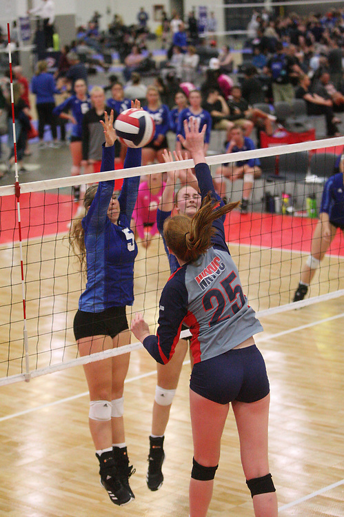 GJNC - July 2018 - Detroit, MI - 17 National - NWJRS (blue) - NKYVC Sunami (grey) - Photo by Wally Nell/Volleyball USA