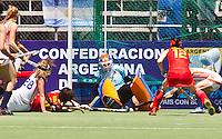 ROSARIO - Keeper Joyce Sombroek (m) staat onder druk, ,zaterdag tijdens Nederland-China bij de Champions Trophy Hockey 2012 voor vrouwen in het Argentijse Rosario (3-1).  ANP KOEN SUYK
