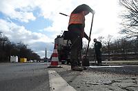 05 MAR 2010, BERLIN/GERMANY:<br /> Bauarbeiter waehrend der Reperatur von Strassenschaeden auf der Altonaer Strasse, im Hintergrund die Siegessaeule<br /> IMAGE: 20100305-01-018<br /> KEYWORDS: Strassenschäden, Straßenschäden, Frostschäden, Frostschäden, Bauarbeiten, Loch, Loecher, Löcher, Schlagloch, Schlagloecher, Schlaglöcher, Fahrbahn, Straße, Tiefbau<br /> NO MODELLRELEASE