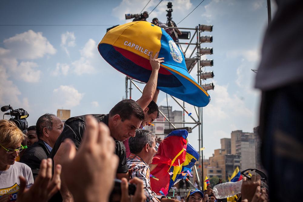 El candidato opositor, Henrique Capriles Radonski alza una gorra tricolor gigante durante la llamada marcha Heroica realizada en Caracas, Venezuela. 7 Abril 2013. (Foto/ivan gonzalez)