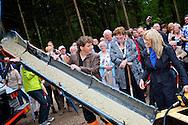 MIERLO - In bospark t Wolfsven komt het nieuwe Heppie Hotel. Rene en Natasja Froger mochten de eerste liters beton storten op de plek waar het nieuwe hotel straks zal komen te staan.  Met op de foto Rene en Natasja Froger. FOTO LEVIN DEN BOER - PERSFOTO.NU