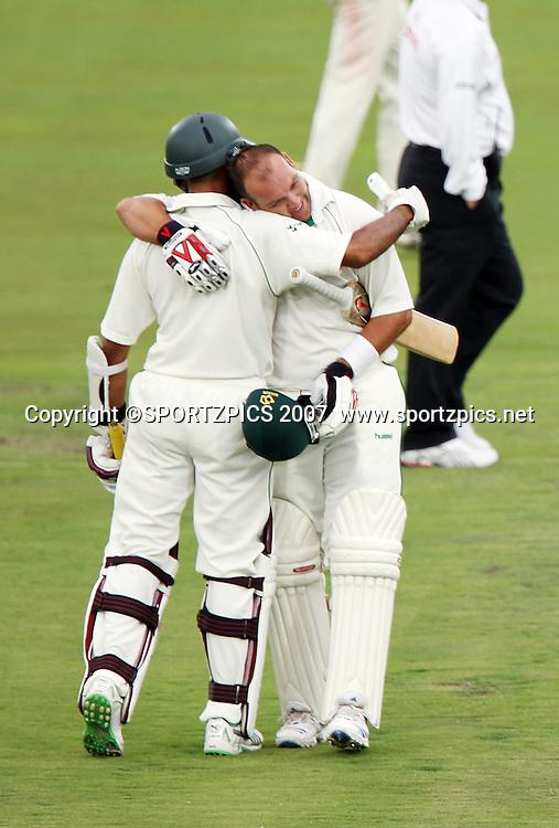 Hashim Amla congratulates Jacques Kallis on his 4th 100 in 7 innings. South Africa v New Zealand. International cricket 2nd Test. at Centurion Stadium, Pretoria, South Africa. Saturday 17 November 2007. Photo: Barry Aldworth/SPORTZPICS/PHOTOSPORT