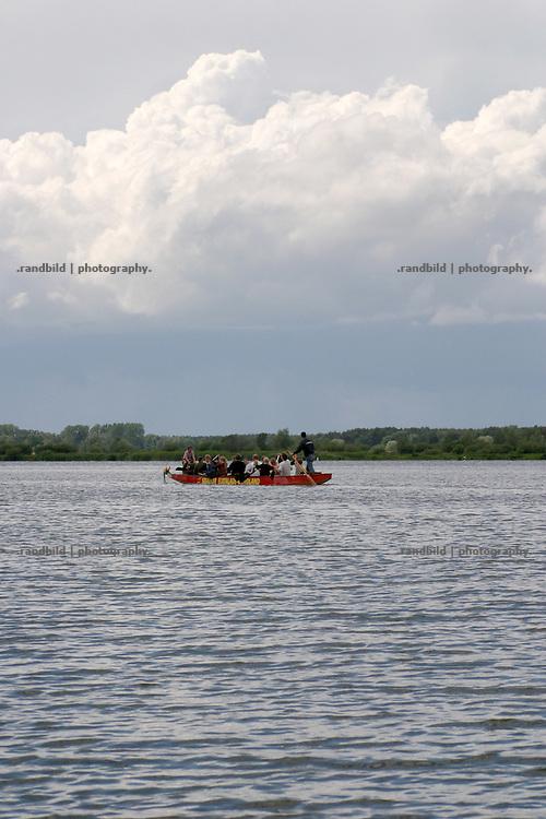 Ein Drachenboot auf dem Gartower See im Wendland.