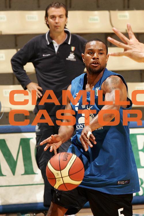 DESCRIZIONE : Siena Lega A1 2008-09 allenamento Montepaschi Siena <br /> GIOCATORE : Terrell Mc Intyre <br /> SQUADRA : Montepaschi Siena <br /> EVENTO : Campionato Lega A1 2008-2009 <br /> GARA : <br /> DATA : 25/08/2008 <br /> CATEGORIA : Allenamento <br /> SPORT : Pallacanestro <br /> AUTORE : Agenzia Ciamillo-Castoria/P.Lazzeroni <br /> Galleria : Lega Basket A1 2008-2009 <br /> Fotonotizia : Siena Campionato Italiano Lega A1 2008-2009 allenamento Montepaschi Siena <br /> Predefinita :