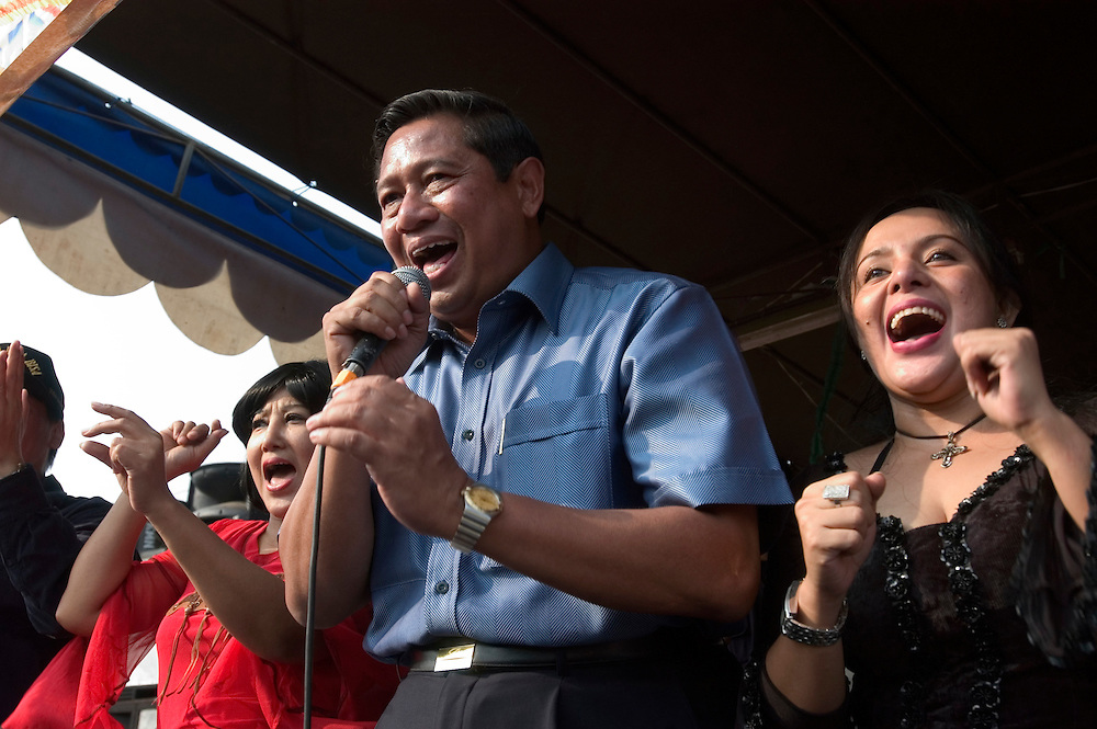 Susilo Bambang Yudhoyono (SBY) belts out a popluar Indonesian pop song in Cilincing..Independence Day August 17 2004 Indonesia.©David Dare Parker AsiaWorks Photos