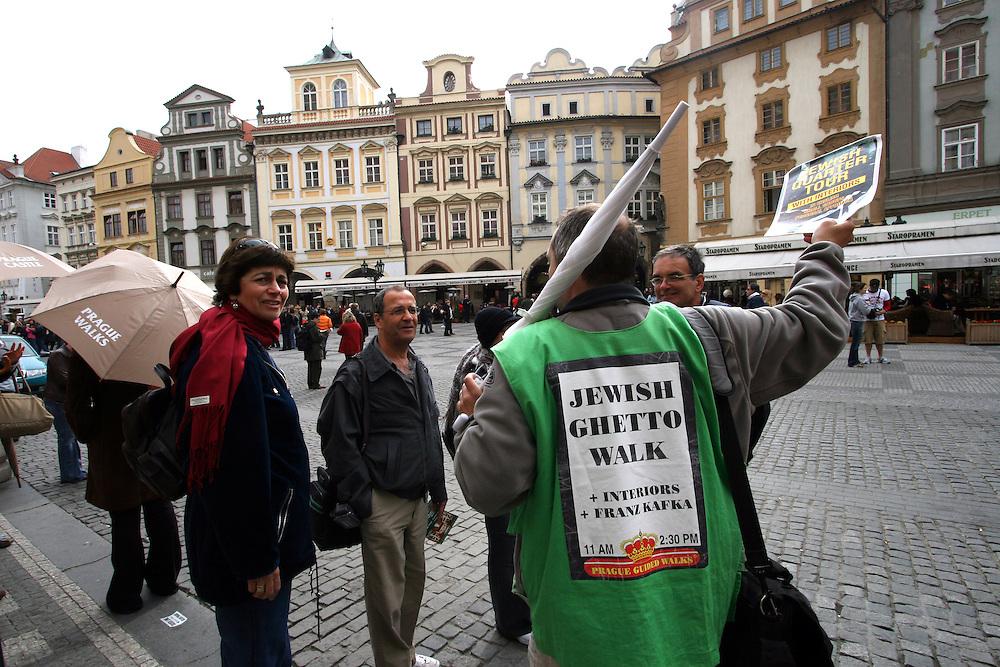 Touristen auf dem Altst&auml;dter Ring &uuml;berlegen an einer Prag F&uuml;hrung teilzunehmen. <br /> <br /> Tourists thinking about a Prague guiding tour at the Old Town Square in Prague.