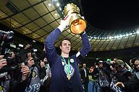 Fotball<br /> Tyskland<br /> 30.05.2015<br /> Foto: Witters/Digitalsport<br /> NORWAY ONLY<br /> <br /> Torwart Diego Benaglio mit Pokal, Wolfsburg DFB-Pokalsieger 2015<br /> Fussball, DFB-Pokal, Finale 2015, Borussia Dortmund - VfL Wolfsburg 1:3