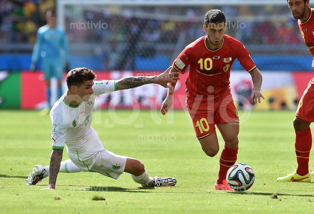 FUSSBALL WM 2014  VORRUNDE    Gruppe H     Belgien - Algerien                       17.06.2014 Carl Medjani (li, Algerien) gegen Eden Hazard (re, Belgien)