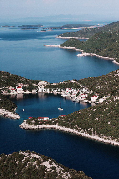 In the middle of the Adriatic Sea, a green island and its 43 small island. A water is so clear that it's possible to see until 50 meters of depth. A record in méditerranée! Far from all, Lastovo is the most secret archipelago of Dalmatie. Interdict with the étrangers until 1990, it counts today only 600 inhabitants, 46 fields and a superb village out of white stones hidden in the middle of the island. | Au milieu de la mer Adriatique, une île verdoyante et ses 43 îlots moutonnent sur une eau au bleu vert limpide. Des eaux tellement claires permettent de voir jusqu'à 50 mètres de profondeur. Un record en méditerranée ! Loin de tout, Lastovo est l'archipel le plus secret de Dalmatie. Interdit aux étrangers jusqu'en1990, il ne compte aujourd'hui que 600 habitants, 46 champs et un superbe village en pierres blanches caché au coeur de l'île.