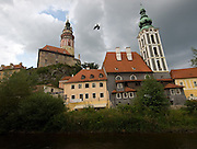 Cesky Krumlov, Krumau/Tschechische Republik, Tschechien, CZE, 25.07.2008: Das Moldau-Ufer in der Altstadt von Cesky Krumlov (Böhmisch Krumau/ Krumau) . Die Hochschätzung dieses Ortes durch inländische und ausländische Experten führte allmählich zur Aufnahme in die höchste Stufe des Denkmalschutzes. Im Jahre 1963 wurde die Stadt zum Stadtdenkmalschutzgebiet erklärt, im Jahre 1989 wurde das Schloßareal zum nationalen Kulturdenkmal erklärt und im Jahre 1992 wurde der ganze historische Komplex ins Verzeichnis der Denkmäler des Kultur- und Naturwelterbes der UNESCO aufgenommen.<br /> <br /> Cesky Krumlov/Czech Republic, CZE, 25.07.2008: The Vltava (Moldau) river bank in the oldtown of Cesky Krumlov, with its architectural standard, cultural tradition, and expanse, ranks among the most important historic sights in the central European region. Building development from the 14th to 19th centuries is well-preserved in the original groundplan layout, material structure, interior installation and architectural detail. Situated on the banks of the Vltava river, the town was built around a 13th-century castle with Gothic, Renaissance and Baroque elements. It is an outstanding example of a small central European medieval town whose architectural heritage has remained intact thanks to its peaceful evolution over more than five centuries.