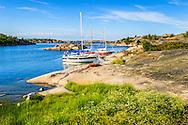 Segelbåtar vid klippa på Hallskär i Stockholms  ytterskärgård.