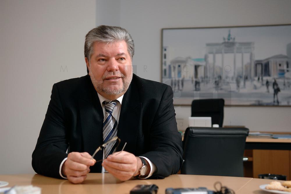 08 JAN 2007, BERLIN/GERMANY:<br /> Kurt Beck, SPD Parteivorsitzender und Ministerpraesident Rheinland-Pfalz, waehrend einem Interview, in seinem Buero, Willy-Brandt-Haus<br /> Kurt Beck, Party Leader of the Social Democratic Party, during an interview, in his office, Willy-Brandt-Haus<br /> IMAGE: 20070108-01-057<br /> KEYWORDS: Ministerpräsident