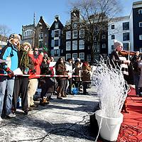 Nederland, Amsterdam , 10 februari 2012..Het Prinsengrachtconcert in Amsterdam is vanmiddag in een winterse versie gehouden. The Paradiso Orchestra speelde voor het eerst een uur lang op het ijs van de gracht..Het idee van de winterversie komt van AVRO Klassiek en het Hotel Pulitzer. The Paradiso Orchestra was eigenlijk door de AVRO uitgenodigd om in de studio van Radio 4 te spelen. Het concert op het ijs was live te volgen op die zender..Foto:Jean-Pierre Jans
