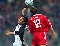 20.11.2001 München, Deutschland, <br />UEFA Champions League, FC Bayern München - Manchester United, Manchesters Ruud van Nistelrooy gegen Robert Kovac. © JAN PITMAN/Digitalsport