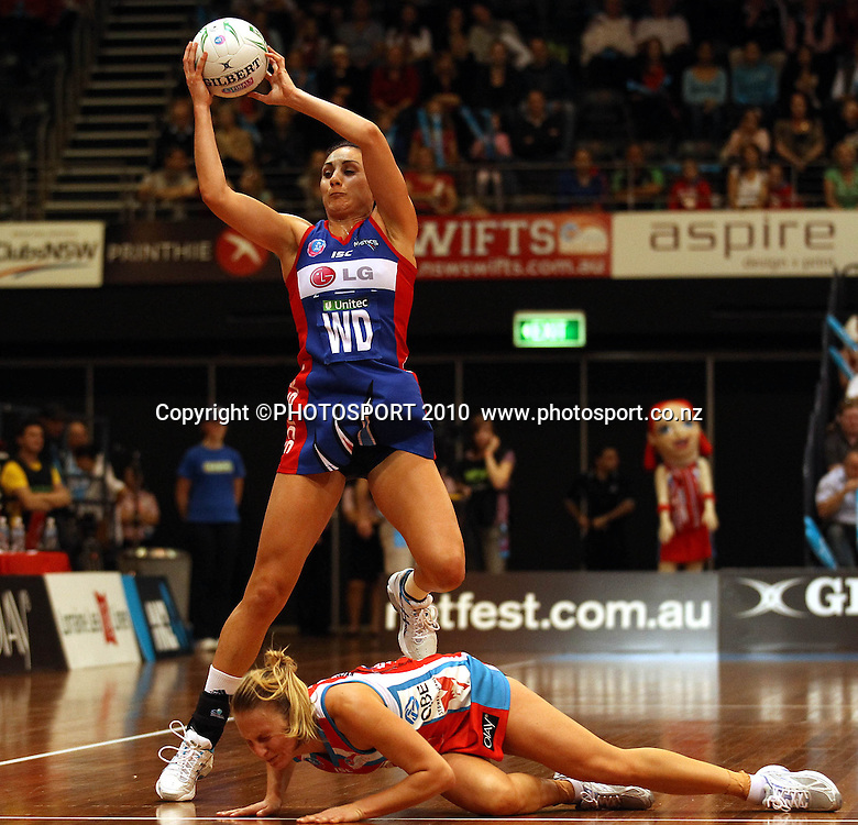 Joline Henry Henry catches over Kim Green<br />