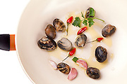 Pan with clams, olive oil, parsley and chili peppers.