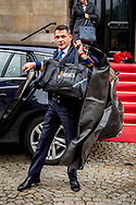 Maxima kamernierster Jolanda ten Brinke en kapster Martina Wat de kamenier (m/v) voor de koningin is, dat is de valet voor de koning Marien Vink muis aankomt bij het paleis met natan kleding zak  .  ROBIN UTRECHT