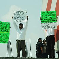 Toluca, Mex.- Habitantes de San Pedro Totoltepec, se manifestaron antes de la inauguración de los puentes Aeropuerto I y Aeropuerto II, que presidiera el gobernador Enrique Peña Nieto, en demanda de servicios para la comunidad y la libertad de un preso político. Agencia MVT / José Hernández. (DIGITAL)<br /> <br /> <br /> <br /> <br /> <br /> <br /> <br /> NO ARCHIVAR - NO ARCHIVE