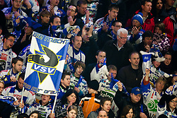 28.02.2010, Stadthalle, Villach, AUT, EBEL, EC VSV vs EHC Liwest Linz, im Bild Villacher Fans mit Fahne, EXPA Pictures © 2010, PhotoCredit: EXPA/ J. Feichter / SPORTIDA PHOTO AGENCY