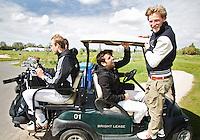 AMSTELVEEN - GOLF - vlnr Billy Bakker, Valentin Verga en Robert Tigges. Par 3 wedstrijd tussen vier voetballers en vier hockeyers, tijdens de Amsterdam Golf Show op de golfbaan van Amsteldijk. . De hockeyers zijn Valentin Verga, Billy Bakker, Mirco Pruijser , Robert Tiggesen  voetballers John Bosman, Barry van Galen, Mickey Van der Hart (Ajax) en Joël Veltman (Ajax). FOTO KOEN SUYK