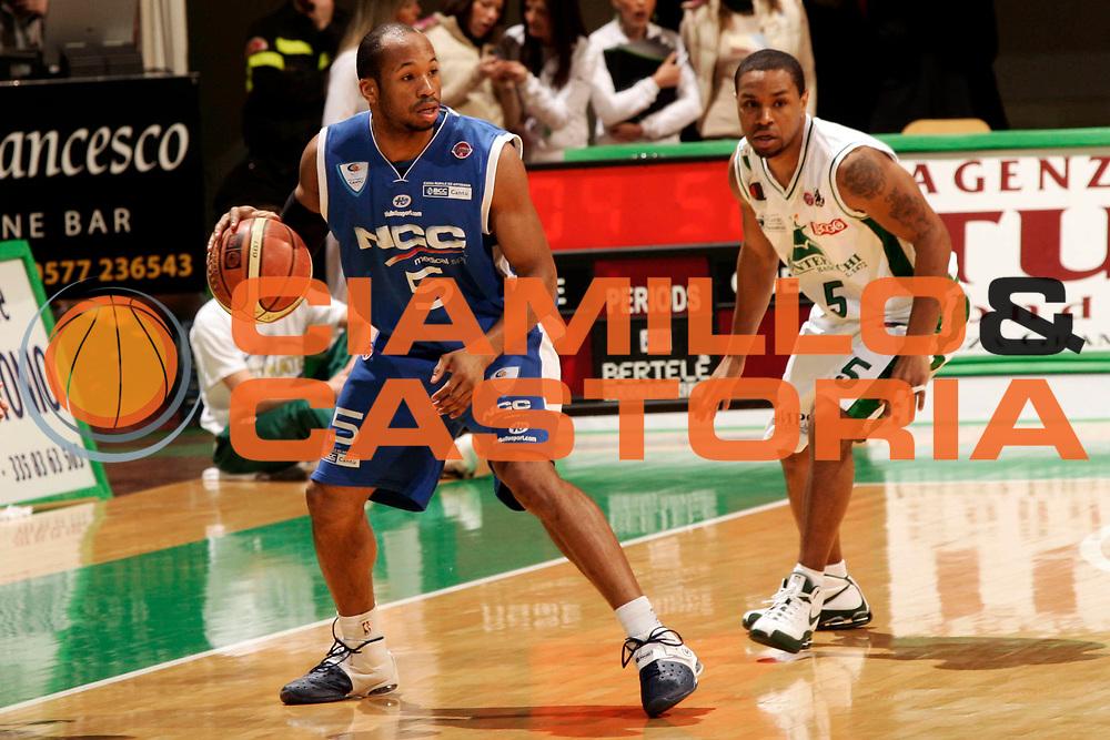 DESCRIZIONE : Siena Lega A1 2008-09 Montepaschi Siena NGC Cantu<br /> GIOCATORE : Sundiata Gaines<br /> SQUADRA : NGC Cantu<br /> EVENTO : Campionato Lega A1 2008-2009 <br /> GARA : Montepaschi Siena NGC Cantu<br /> DATA : 25/01/2009 <br /> CATEGORIA : palleggio<br /> SPORT : Pallacanestro <br /> AUTORE : Agenzia Ciamillo-Castoria/P.Lazzeroni