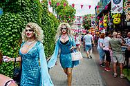 TILBURG - De Roze Maandag op de Tilburgse kermis trok volgens traditie vele duizenden kleurrijke bezoekers. Er waren extra waterpunten ivm de warmte.  robin utrecht