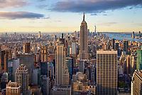 Einen der schönsten Blicke auf die Skyline von New York bei Sonnenaufgang hat man vom Top of The Rock auf der Spitze des Rockefeller Center. Besonders schön ist, dass die zwei Aussichtsplattformen offen sind und an der höchsten Stelle trennt dich noch nicht mal eine Glasscheibe von der Aussicht über die Stadt.